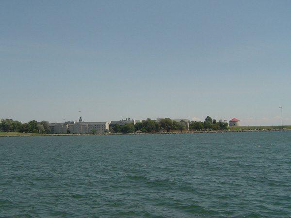 Vue sur le Collège militaire royal depuis les quais de Kingston