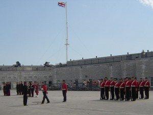 Inspection des uniformes des soldats britaniques