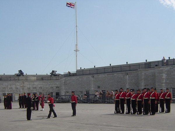 Inspection des uniformes des soldats britanniques